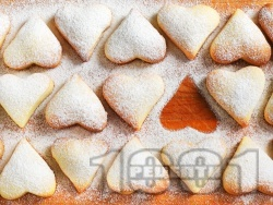 Домашни маслени лимонови сладки с пудра захар и ванилия за Свети Валентин  - снимка на рецептата